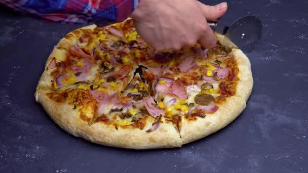 Řezáním italské pizzy na stole