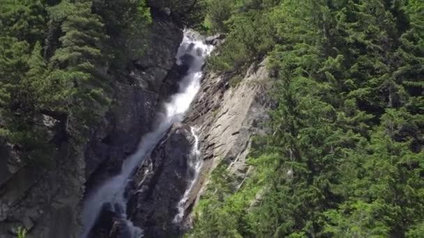 Horský vodopád v polských Tatrách