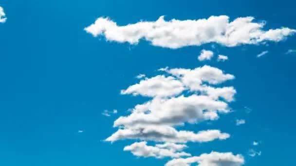 Včasné mraky na modré obloze