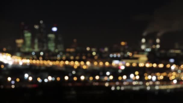 Defocused absztrakt képet. Bokeh hatása. Aranyló fényeit, az a nagy város. Éjszakai város táj, a fények, az autók és házak ablakai.