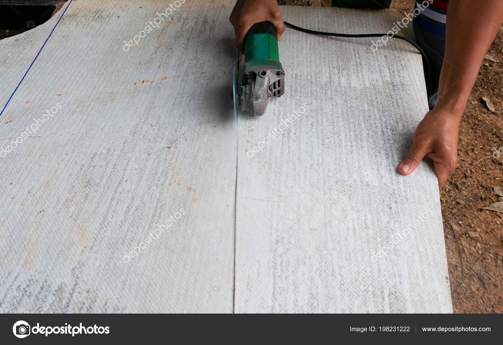 arbeiter mit schleifer für schneiden betonplatten mit staub
