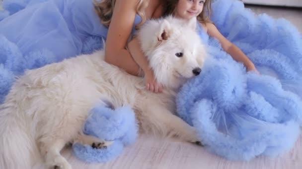 Anya és lánya a bolyhos ruhákat, kutya