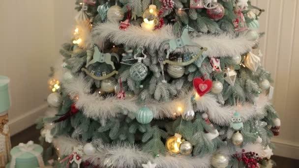 Zdobené vánoční strom detail. Nový rok. Bokeh