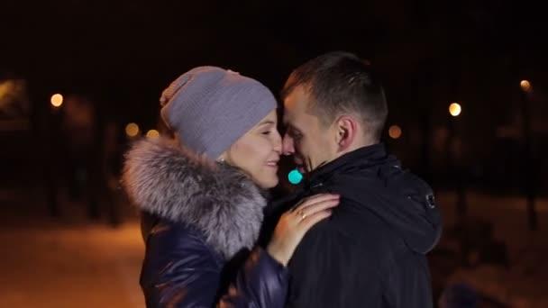 Porträt des Paares im Winter im Park in der Nacht