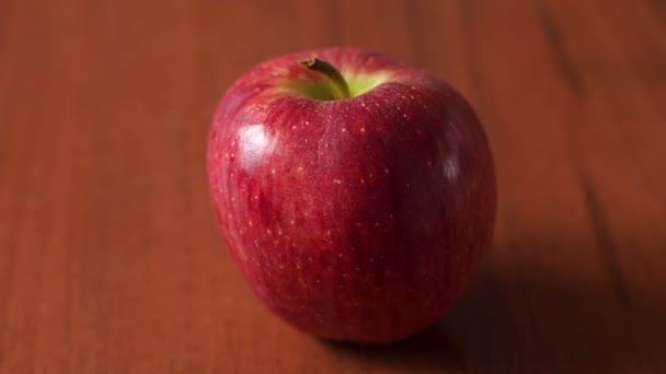 Piros lédús, érett alma fa barna háttér.