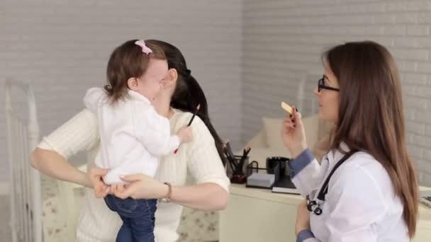 Máma a dcera na recepci na pediatra