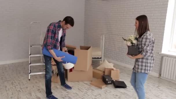 Porträt eines fröhlichen Paares in einer neuen Wohnung.