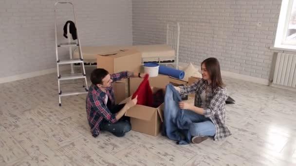 Paar packt ihre Sachen in eine neue Wohnung
