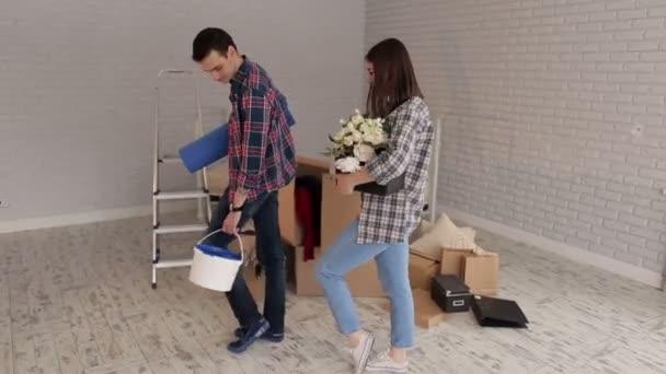 Portrét veselý páru v novém bytě.
