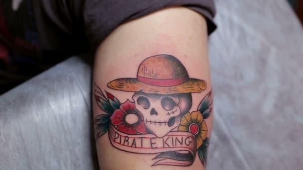 Primo piano del tatuaggio con un teschio sulla mano delluomo