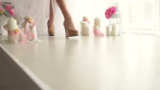 Detail dívky nohou na vysokých podpatcích. Spodní prádlo
