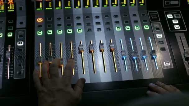 Direttore su luce lavora dietro il pannello di controllo