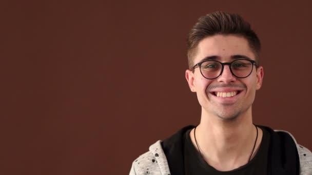 Portrét usměvavý pohledný chlap s brýlemi