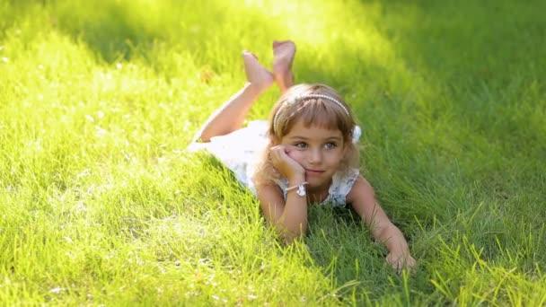 Portrét holčičky na trávě v parku