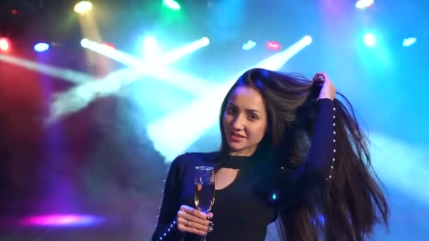 Porträt eines Mädchens mit Champagner auf Party tanzen