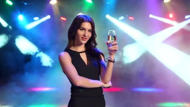Portréja egy szexi lány egy pezsgő-Party