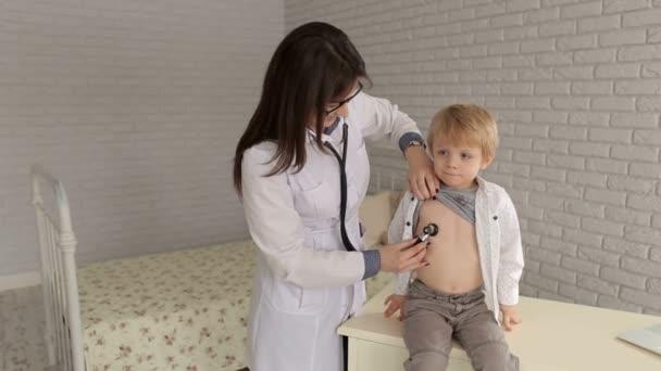 Arzt, einen kleiner Junge von Stethoskop zu untersuchen.