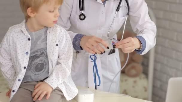 Arzt und Kind mit Vernebler im Krankenhaus.