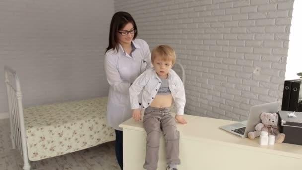 Arzt untersucht Herzschlag des Kindes mit Stethoskop