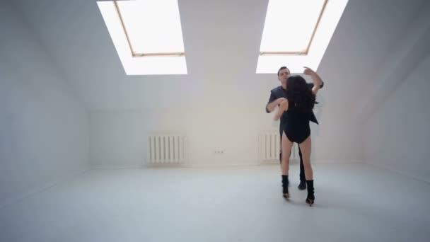 Junge Paare tanzen Salsa oder Bachata in der Dance hall