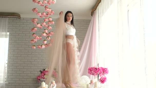 Sexy a krásná mladá dívka v svatební spodní prádlo v budoáru ráno