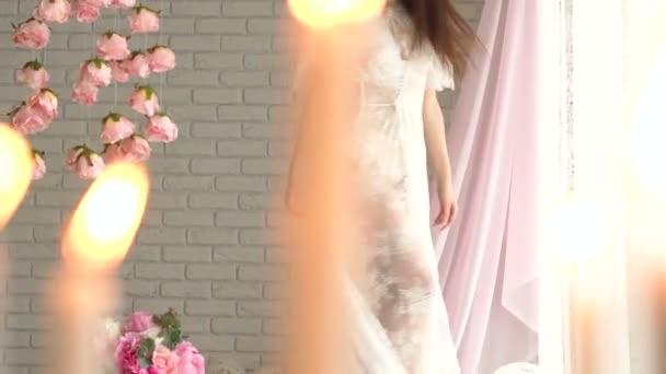 Portrét štíhlá dívka s dlouhými vlasy na prádlo v krásné Studio