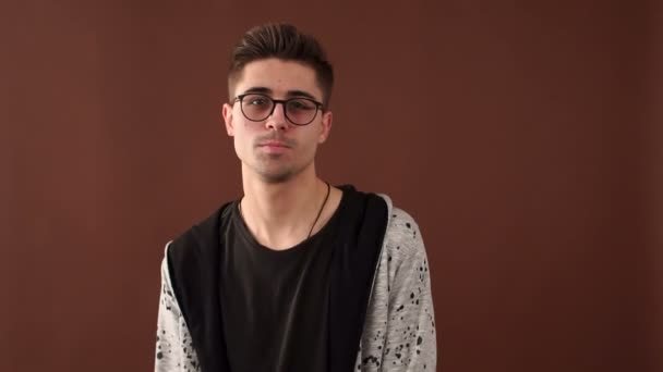 Szemüveg kamera előtt mosolyogva vicces fiatalember portréja.