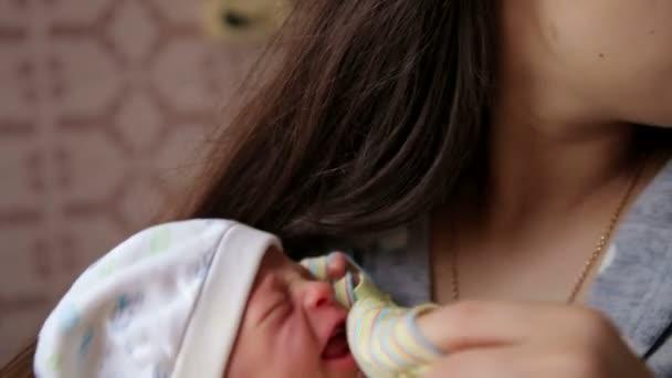 Édes sírás újszülött: anya, a kezében. Újszülött sír. A gyermekek cry