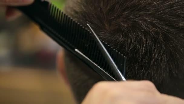Detail mužský kadeřník škrty mans vlasy s nůžkami v kadeřnictví