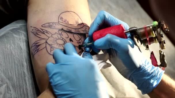 Jehly tattoo stroje založit černý inkoust do kůže muže.