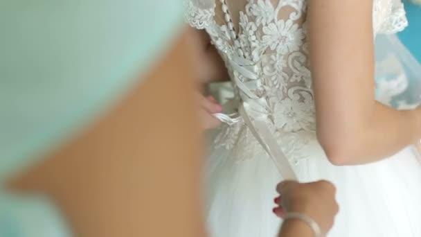 Árukapcsolás íj a menyasszonyi ruha koszorúslány. A menyasszony.