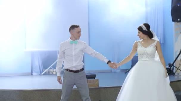 Šťastní novomanželé první tanec v restauraci.