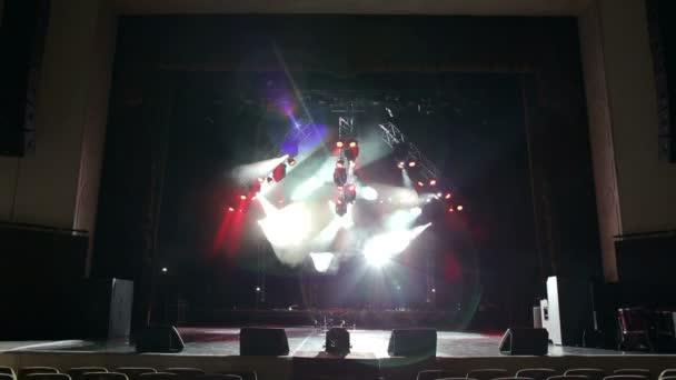 Sok spotlámpa, hogy megvilágítsa a színpadon a koncert, a köd. Színpad fények.