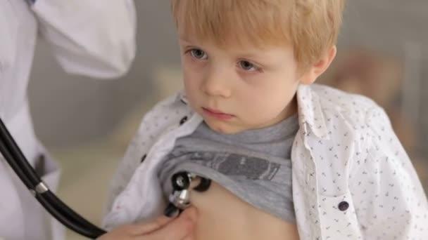 Porträt eines Arztes, die Prüfung der Herzschlag des Kindes mit Stethoskop