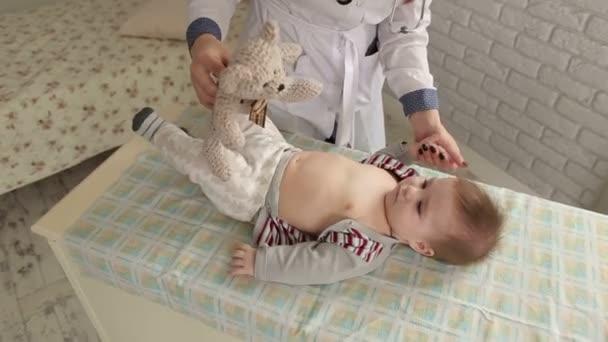 Eine Ärztin untersucht ein neugeborenes Baby auf einem Wickeltisch im Krankenhaus
