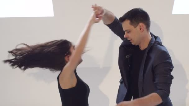 Flexible und sinnliche Tänzer tanzen Standardtänze. Lateinamerikanischer Tanz. Bachata. salsa.
