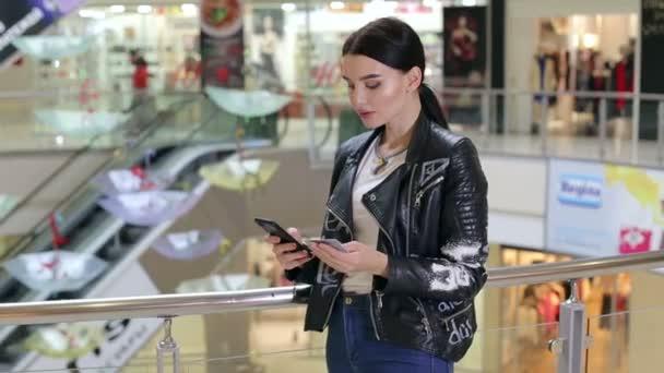 Portrét šťastný Shopper nákup online s kreditní kartou a smartphone