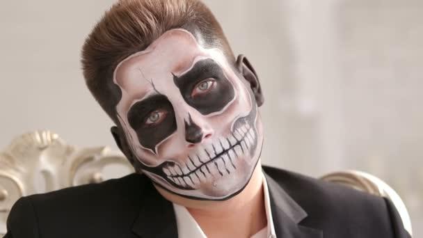 Homme Affaires Avec Maquillage Squelette Assis Dans Vieille Chaise