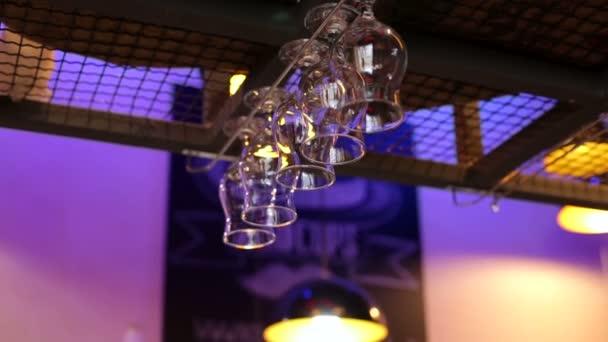 Detail sklenice na víno na stojanu nad bar pult. Sklenice vína