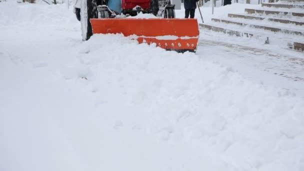 Rypadlo čistí ulice velké množství sněhu ve městě.