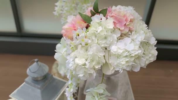 Primo piano delle orchidee bianche nella decorazione di nozze. Matrimonio arco con fiori bianchi