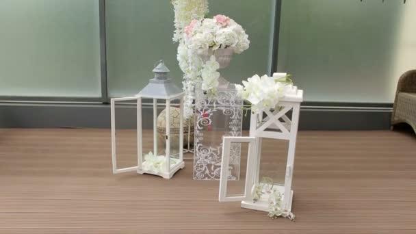 Bellissima composizione floreale nella decorazione matrimonio per la cerimonia nuziale.