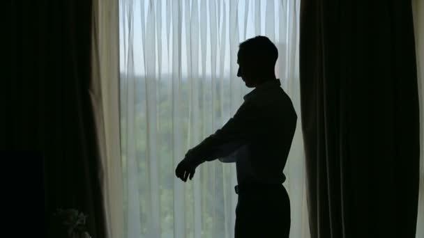 Muž tlačítka manžety link na manžetách rukávů luxusní košili. Silueta