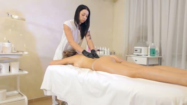 Procedura kosmetická masáž, čištění pleti a těla zábaly na Spa salon.