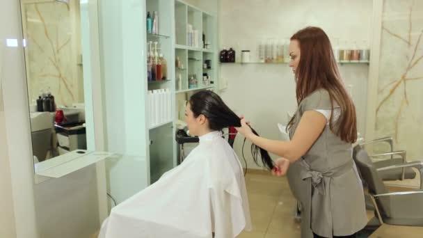 Kadeřník kadeřník klade Hydratační olej masku na vlasy dívky
