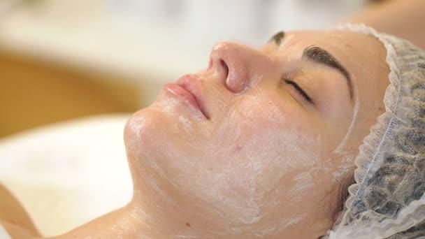 Rukou kosmetička udělat masáž obličeje pro mladé dívky v lázeňském salonu