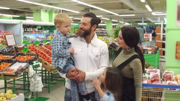 Portrét velké šťastné rodiny v supermarketu. Koncepce nakupování a lidí.