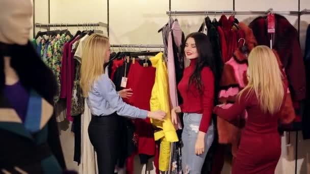 Portrét tří krásných mladých žen, Nakupování v obchodě oblečení.