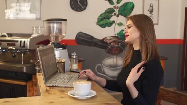Modern üzletasszony dolgozik a laptop számítógép kávézó és drink kávé