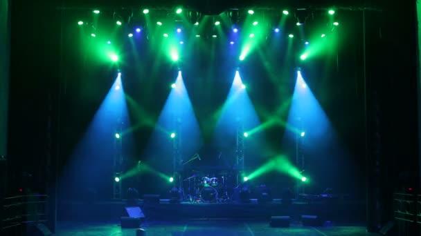 Színpadi lámpák füsttel a koncerten. A háttérben. Színpadi lámpák és füst.